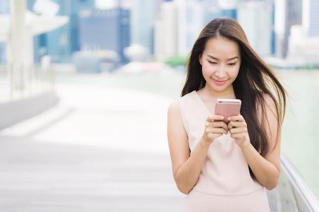 Asiatin, die smartphone verwendet