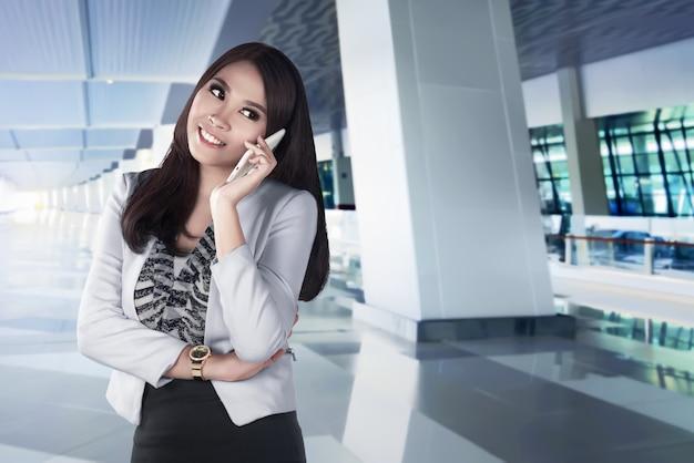 Asiatin, die smartpone verwendet