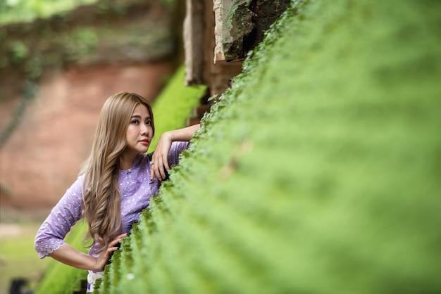 Asiatin, die traditionelle thailändische kultur lanna art, weinleseart, chaingmai thailand trägt