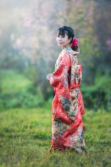 Asiatin, die traditionellen japanischen kimono, japan trägt