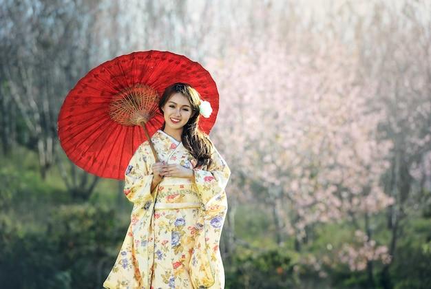 Asiatin, die traditionellen japanischen kimono trägt