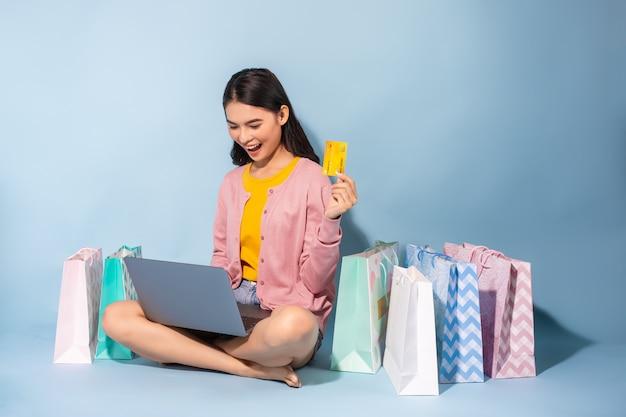 Asiatin, die zu hause online kauft