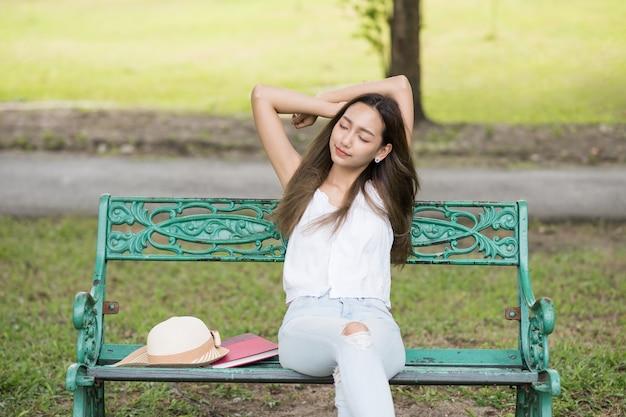 Asiatin erhalten frischluft im park