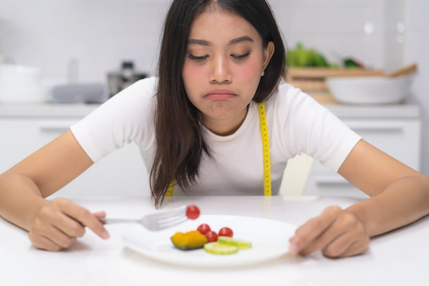 Asiatin essen störung während der diät.