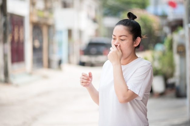 Asiatin hustet wegen pm 2.5 staub und koronavirus, covid 19