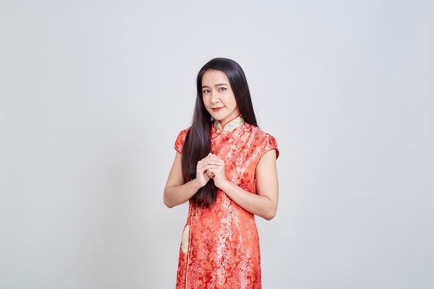 Asiatin im chinesekleidertraditionellen cheongsam