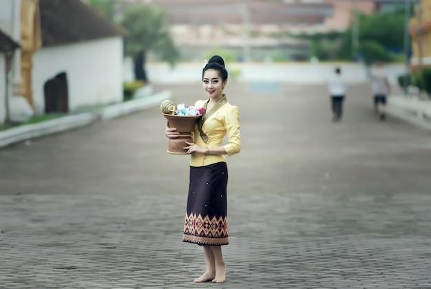 Asiatin im seidenkleid im tempel