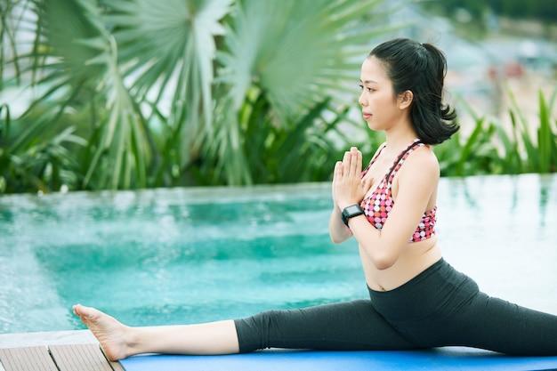 Asiatin macht yoga