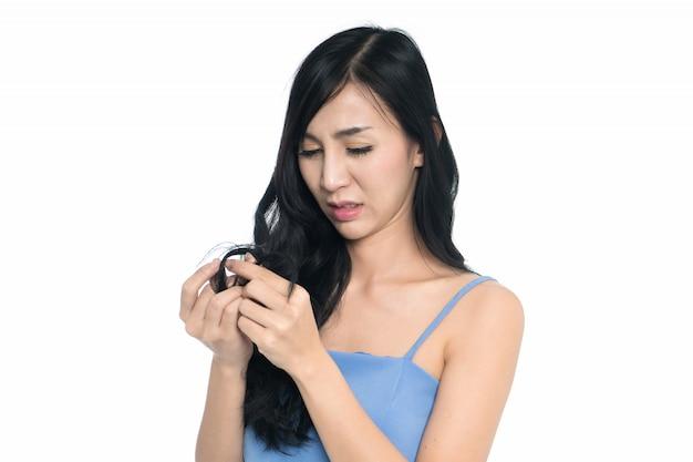 Asiatin mit dem haarproblem lokalisiert auf weißem hintergrund