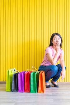 Asiatin mit einkaufstüten