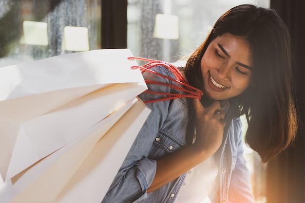 Asiatin mit glücklich in der freizeit einkaufen.