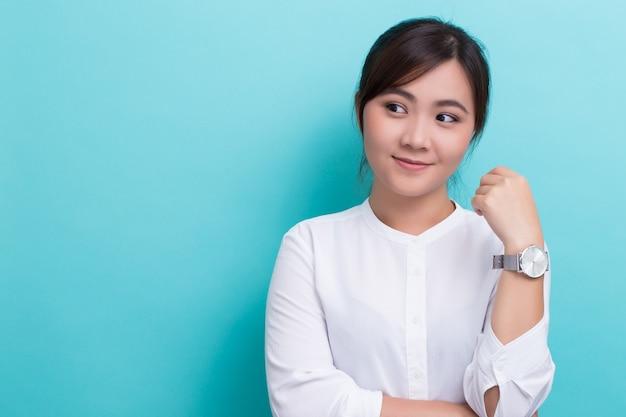 Asiatin mit ihrer uhr