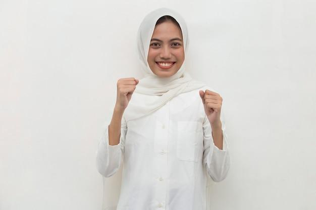 Asiatin muslimisch glücklich und aufgeregt, den sieg zu feiern, der große erfolgskraft energie und positive emotionen ausdrückt