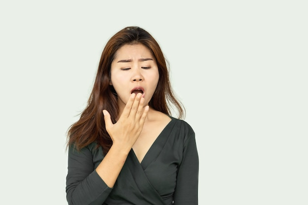Asiatin öffnet den mund und überprüft ihren atem