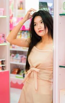 Asiatin. porträt des schönen jungen mädchens mit sauberer haut auf hübschem gesicht