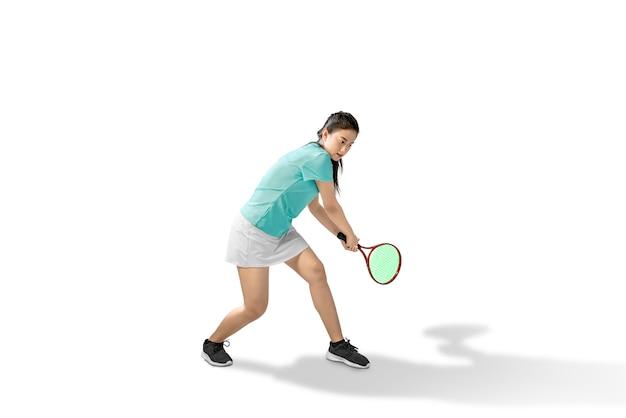 Asiatin schwingen einen tennisschläger