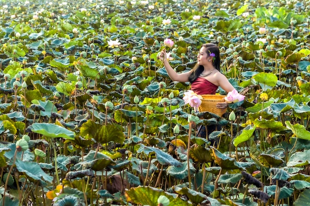 Asiatin-thailand-cuture mit lotostraditionskleid.