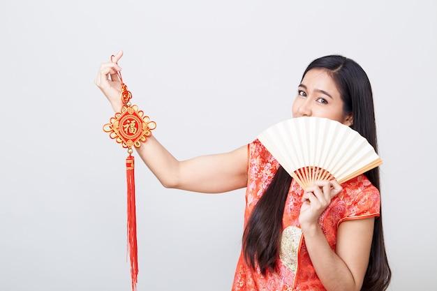 Asiatin tragendes cheongsam