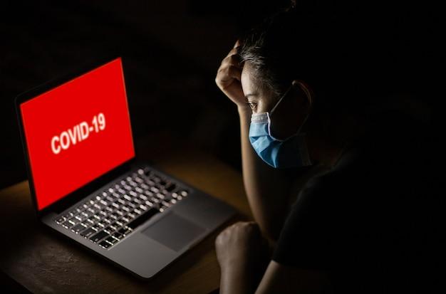 Asiatin traurig und besorgt von coronavirus, das sich nach schecknachrichten im internet verbreitet