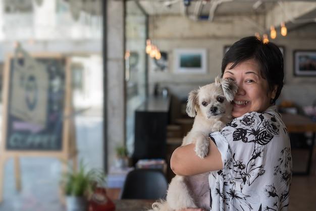 Asiatin und hund im kaffeestubecafé