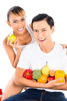 Asiatin und mann, die gesund essen und leben