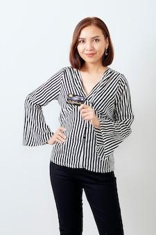 Asiatin womanbusiness, das kreditkarte darstellt