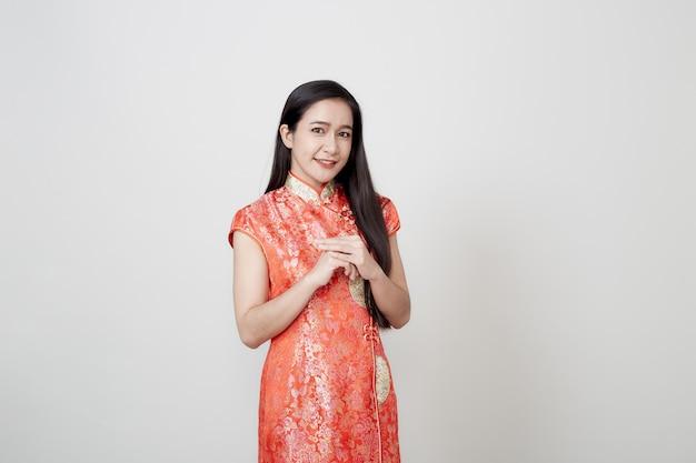 Asiatinabnutzung cheongsam im chinesischen neuen jahr