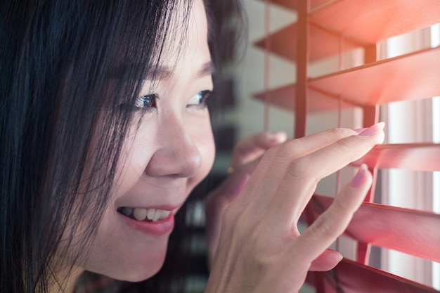 Asiatinhände auseinander auf den jalousien