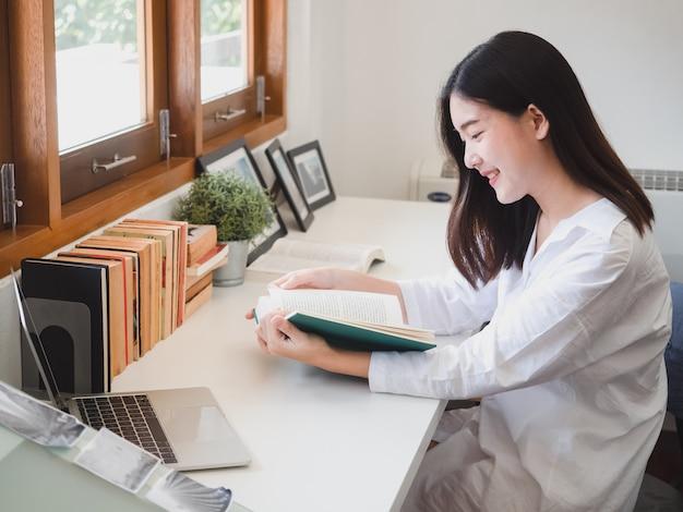 Asiatinlesebuch im arbeitsraum