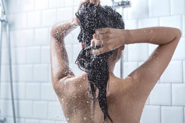Asiatinnen badeten und sie badete und wusch sich die haare