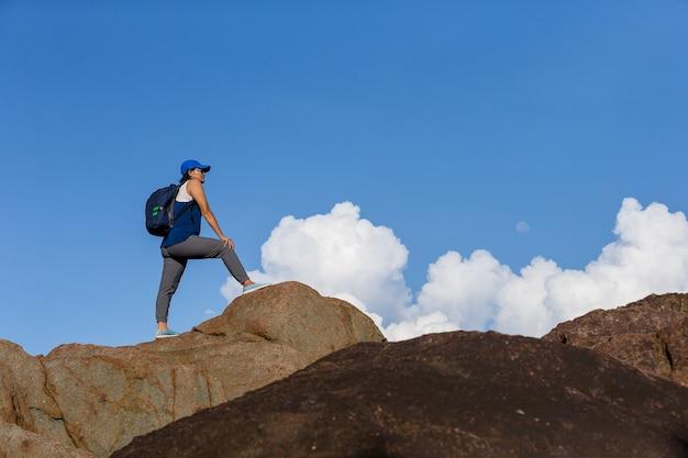 Asiatinnen, die auf frischen bergspitzen klettern