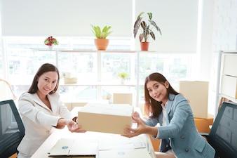 Asiatinnen, die im Büro zusammenarbeiten