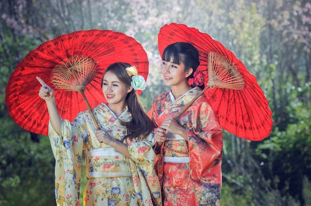 Asiatinnen, die traditionellen japanischen kimono tragen