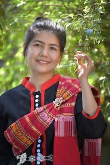 Asiatinnen im phutai-kostüm und im grünen hintergrund