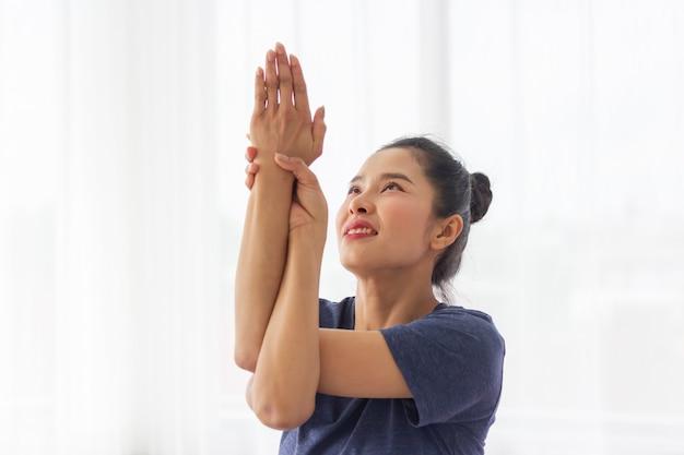 Asiatinnen machen yoga für gute gesundheit und form.