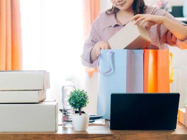 Asiatinnen mit ihrem online-verkäufer von freiberuflichen jobgeschäften.