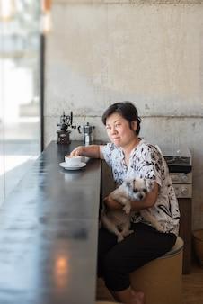 Asiatinnen und hund im kaffeestubecafé