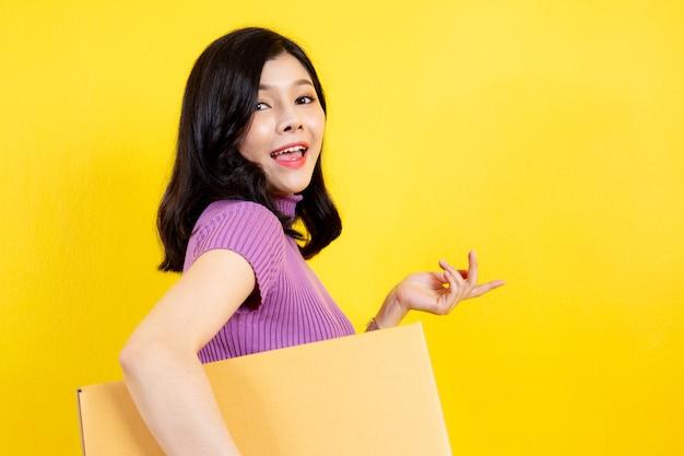 Asiatinporträt im e-commerce- und paketdienstkonzept.