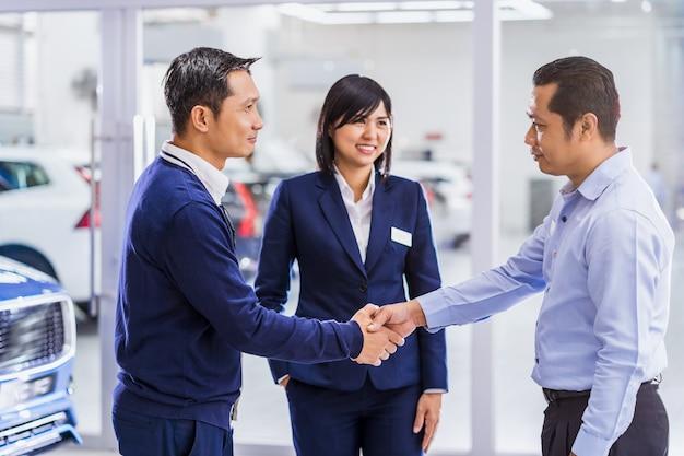 Asiatinvertriebsmitarbeiter, der dem kunden den service vorstellt