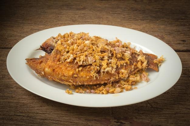 Asiatisch-asiatisches essen. thai essen. gebratene nil tilapia fluss fisch mit knoblauch