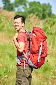 Asiatisch fröhlicher wanderer