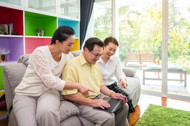 Asiatische ältere leute, großartige eltern, die digitale tablette im haus, glückliche familie unter verwendung des technologiekonzeptes verwenden