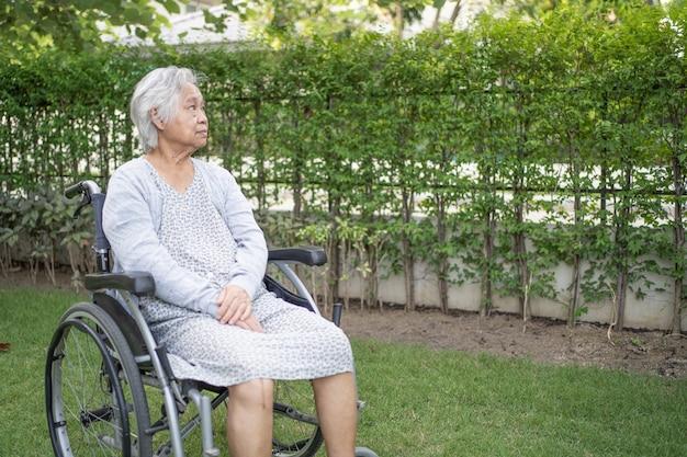 Asiatische ältere oder ältere alte dame patientin im rollstuhl im park, gesundes starkes medizinisches konzept
