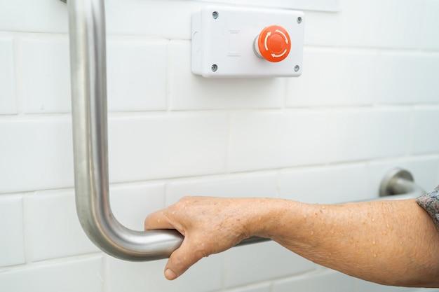 Asiatische ältere patientin verwenden toilettenbadgriff sicherheit im krankenhaus