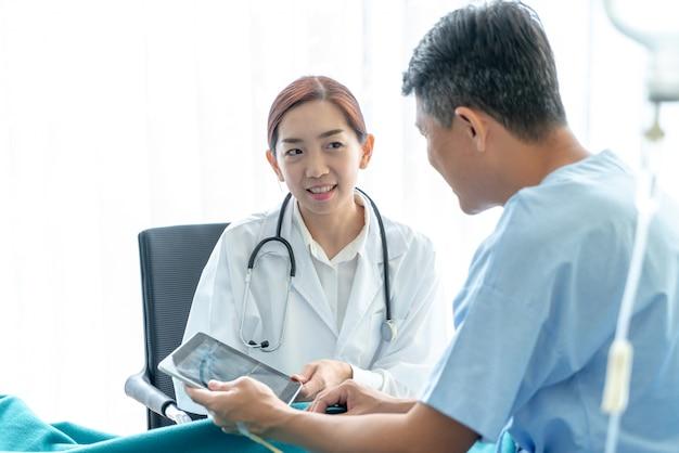 Asiatische ärztin und älterer patient sind beratung