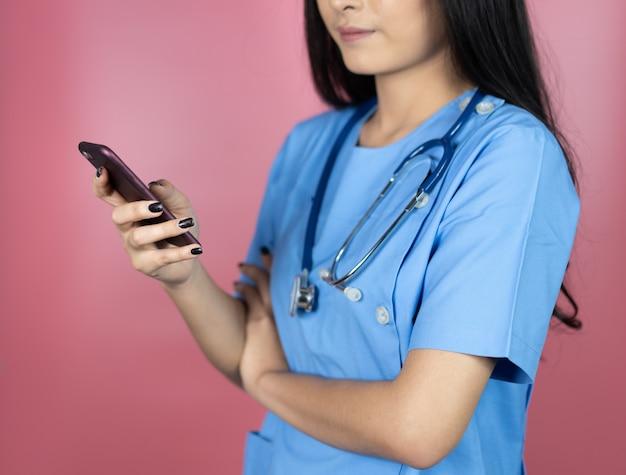 Asiatische ärztinarbeit am krankenhaus, das geduldigen bequemlichkeits-online-service-rat gibt