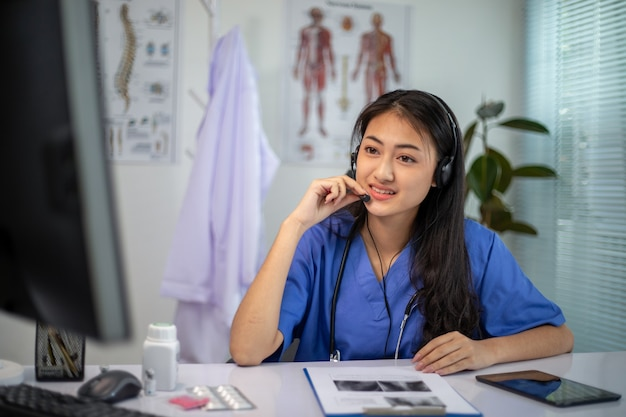 Asiatische ärztinnen sprechen per video-chat mit patienten online über symptome und medikamente