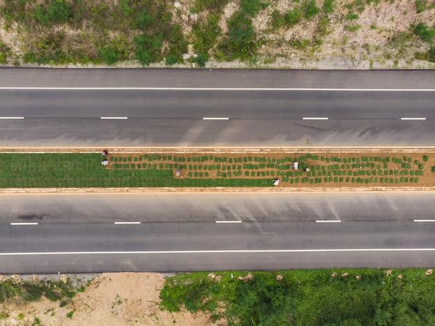 Asiatische arbeitskraftarbeit, die gras pflanzt