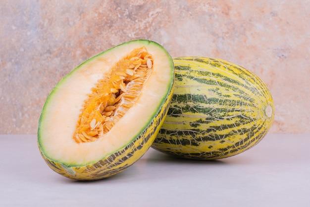 Asiatische art der melone lokalisiert auf weiß.
