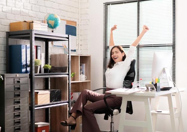 Asiatische berufstätige frauen entspannten sich von der arbeit